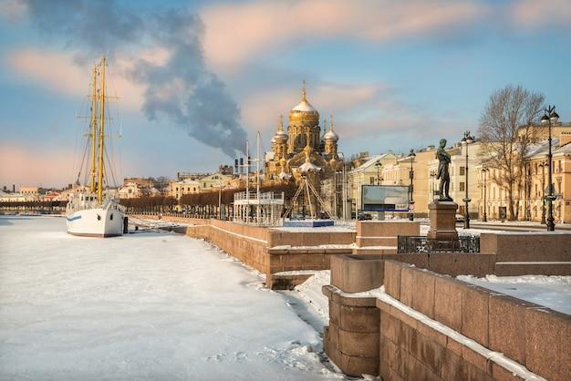 Солнечный зимний день на неве у церкви успения и белого корабля в санкт-петербурге