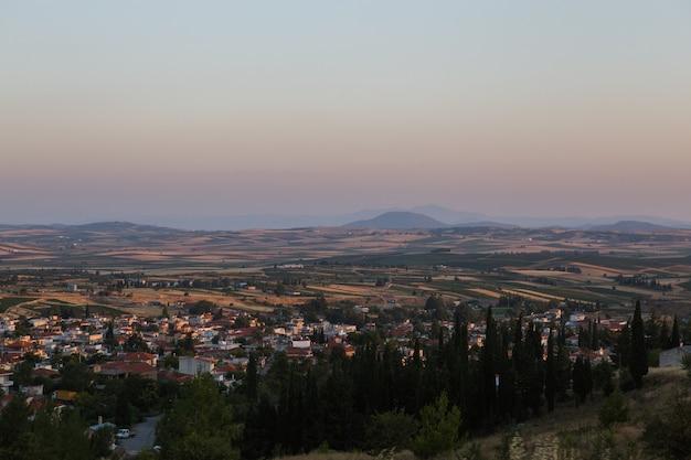 ギリシャの中央マケドニア、テッサロニキの街の近くのチョルティアティス山とハルキディキの田園地帯のサンライス風景
