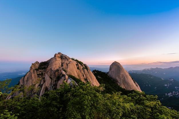 Восход солнца на горе бухансан в сеуле, южная корея