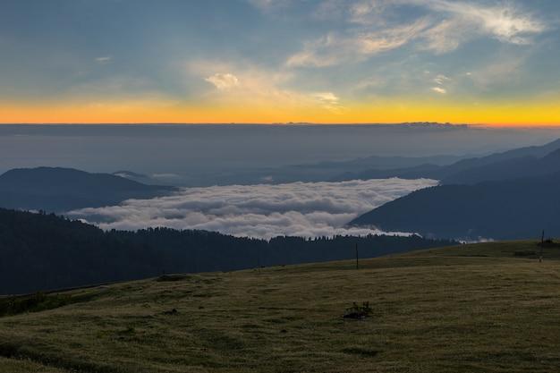 Восход солнца на плато гито, горы качкар. ризе - турция