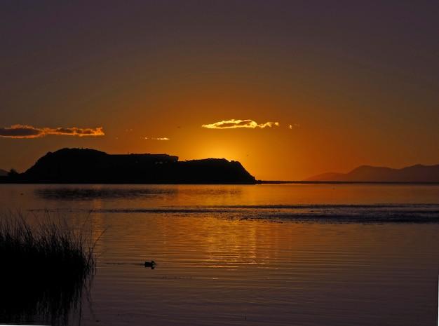 アンデス、ペルー、ボリビアのチチカカ湖の日の出