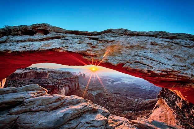 米国ユタ州キャニオンランズ国立公園のメサアーチの日の出