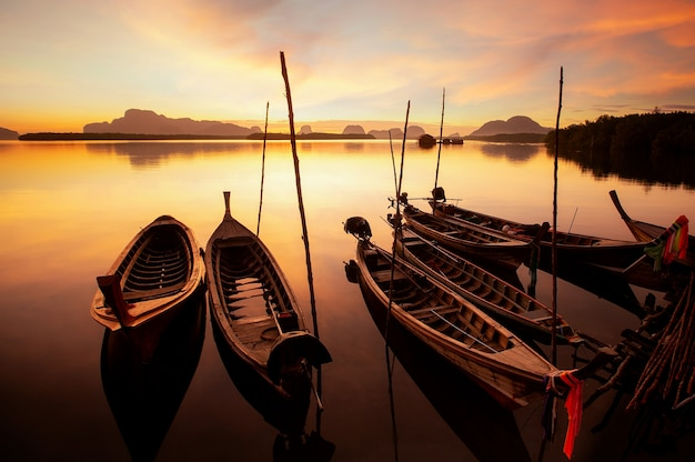 Восход солнца в сам чонг тай, пхукет, таиланд