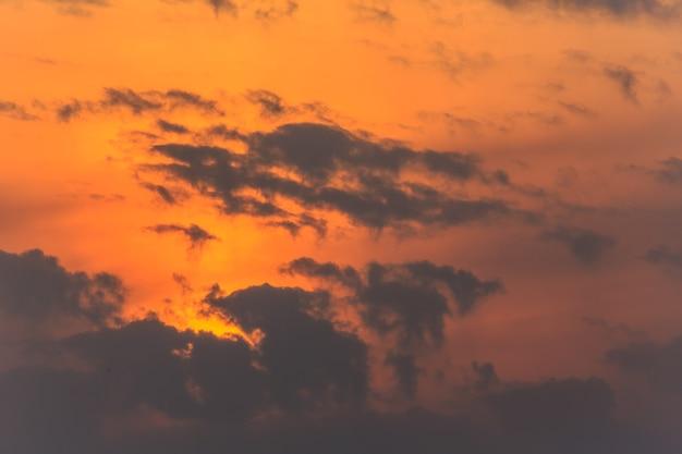 美しい雲と海の日の出