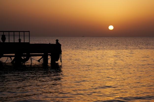 Восход солнца у моря