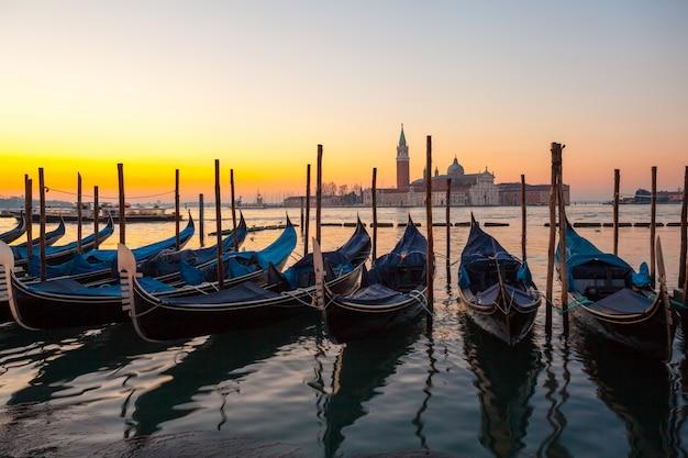ヴェネツィアの日の出、ゴンドラとサンジョージ島のサンマルコ広場からの眺め