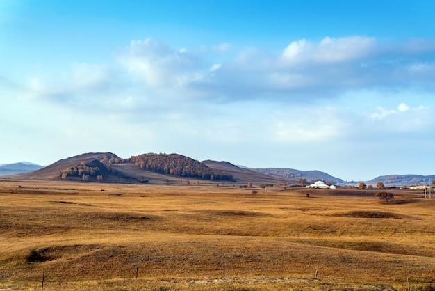 日の出、美しい山の景色と草原。