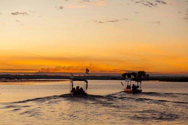 Восход солнца, лодка у побережья красного моря лотоса удон-тхани, таиланд