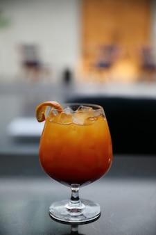 レストランのサンライズカクテルオレンジパイナップルジュース