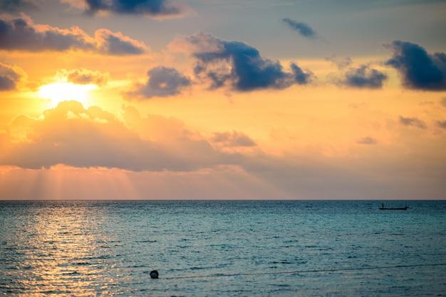 Восход драматического неба над морем, тропический пустынный пляж, нет людей, бурные облака
