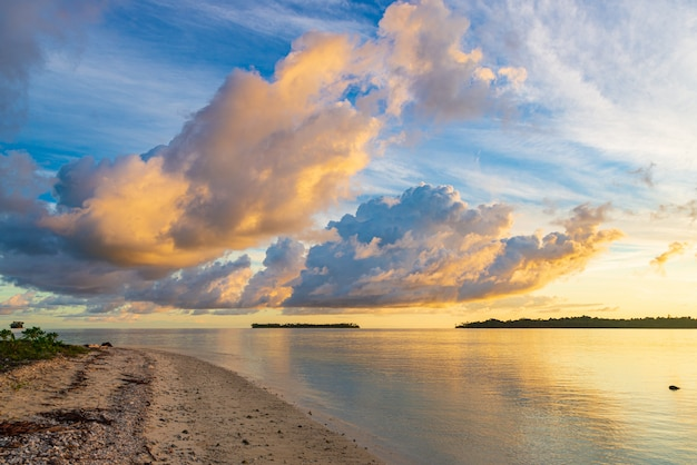 海、熱帯の島、独特の嵐の雲と黄金の日光の日の出の劇的な空、旅行先、インドネシアバニャック諸島スマトラ