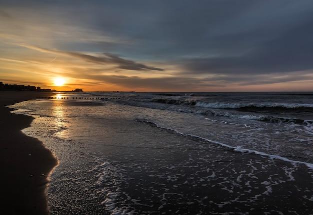 オーシャンフロントの早朝日の出。ロックアウェイパークのエリアにあるニューヨーク近くの大西洋の海岸線