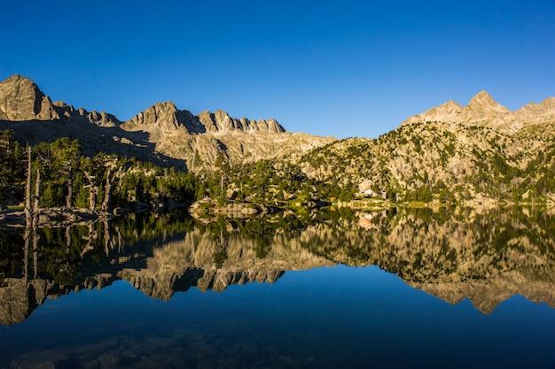 Восход солнца в убежище хосеп мария блан, айгуэстортес и национальный парк сан-мауриси, испания