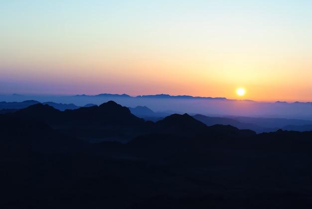 Восход солнца в горах египта. пейзаж с солнцем и небом.