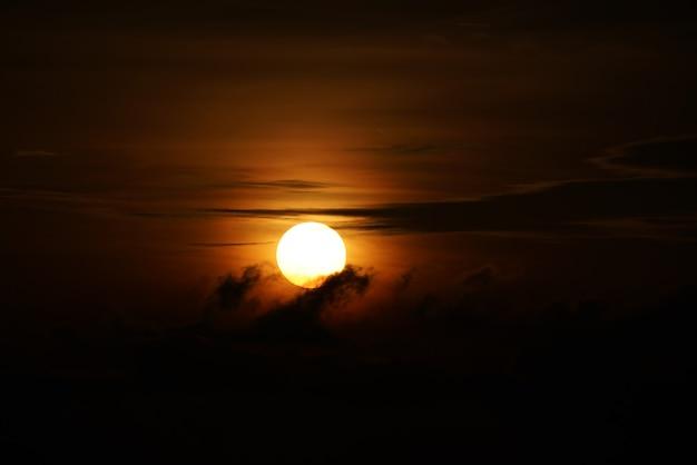 Восход солнца при первых лучах света на красивом месте.