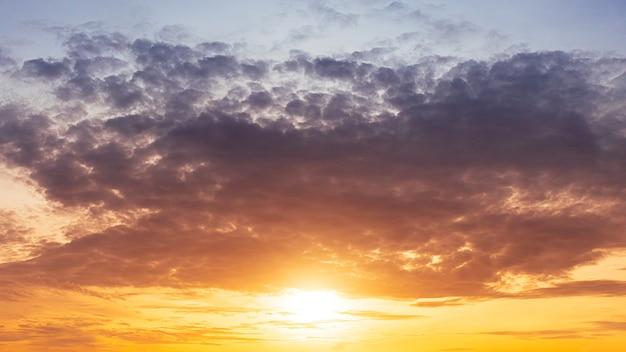 Восход солнца утром с пасмурным драматическим небом