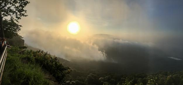 Восход солнца утром.