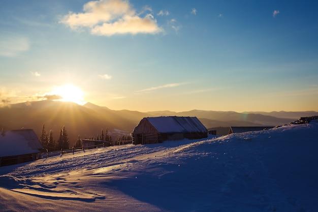 山の日の出。高いところからの山々の美しい景色。