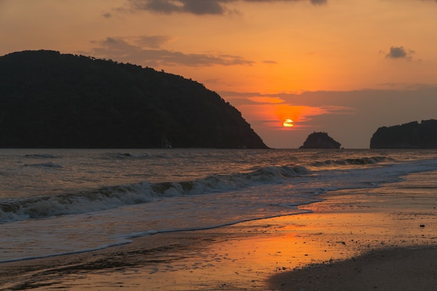 Восход пейзаж с оранжевого неба на море с облачной природой