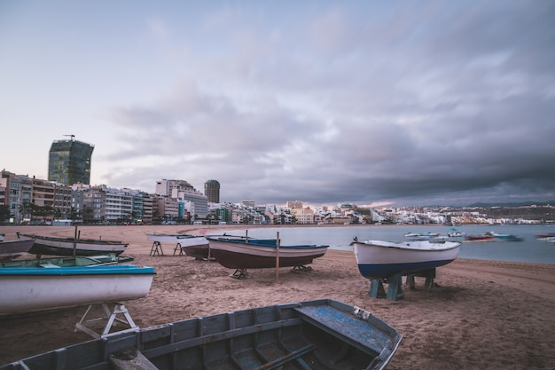 Sunrise on las canteras beach in las palmas de gran canaria, canary islands,spain, one of the most beautiful city-beaches in spain. long exposure.