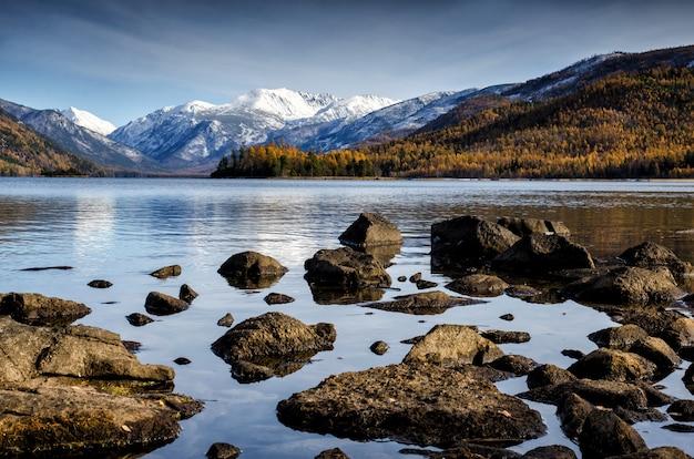 Рассвет в этом тихом горном озере