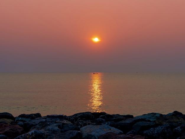 바위 해변에서 바다 반사와 일출 아침 황혼 하늘