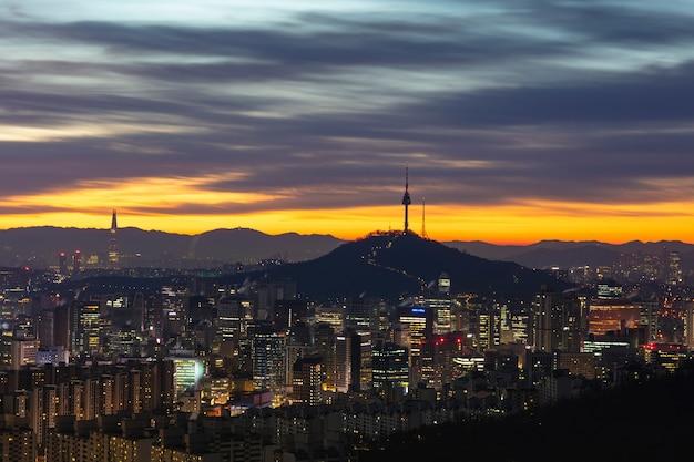 한국에서 남산 서울 타워와 서울 도시의 일출.