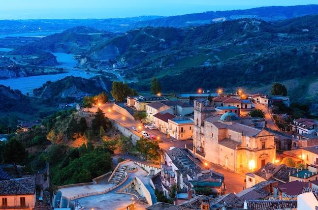 일출 오래 된 중세 stilo famos calabria 마을보기, 남부 이탈리아.