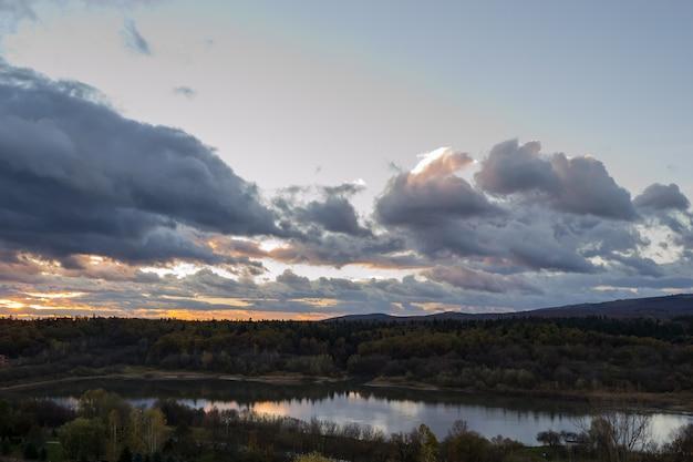 Восход солнца на горном озере