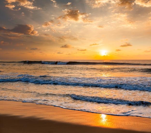 ビーチの日の出