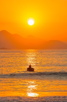 브라질 리우데자네이루 코파카바나 해변의 일출.