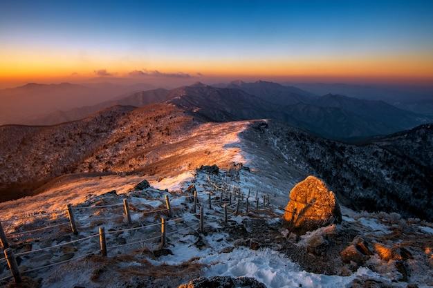 冬の雪に覆われた德裕山の日の出、韓国
