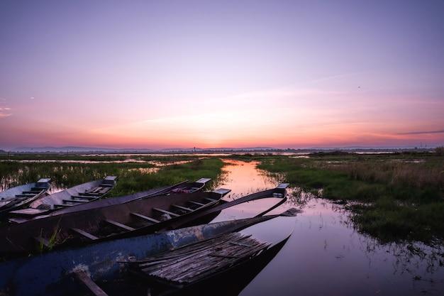 漁船と小さなレックの日の出