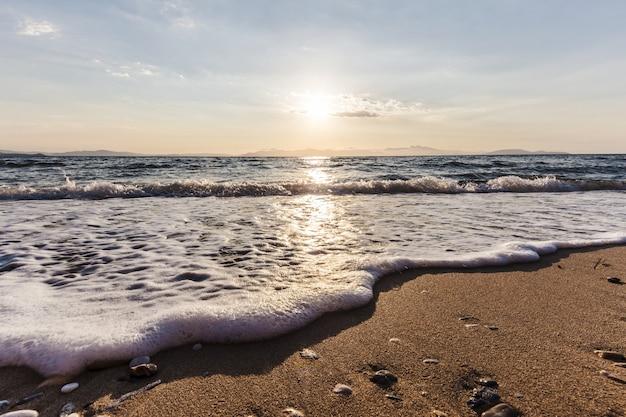 ビーチの日の出、ラフィナの町、ギリシャ