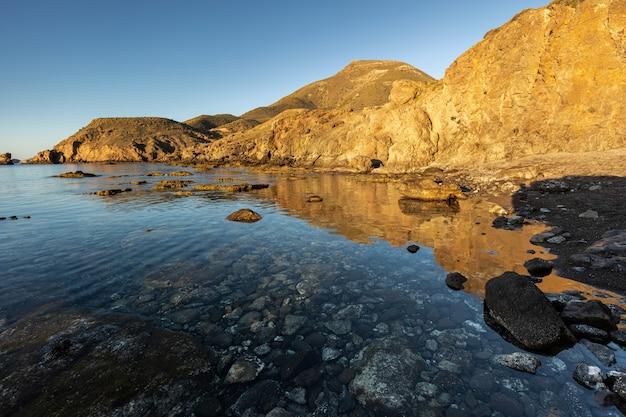 Escullos 해안 일출입니다. 카보 데 가타의 자연 공원. 알 메리아. 스페인.