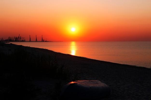 Восход солнца на побережье. выборочный фокус. летний фон. понятие перехода вниз.