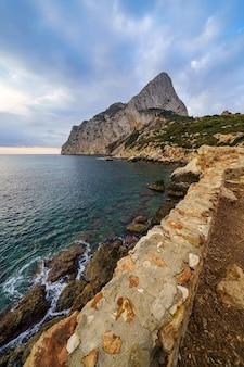 海沿いの大山の日の出と崖の上の視点。