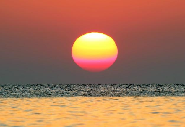 海の日の出がクローズアップ。素晴らしい自然と風景
