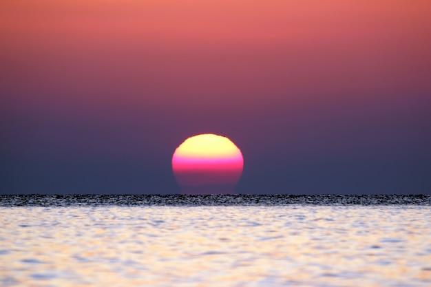 海の日の出がクローズアップ