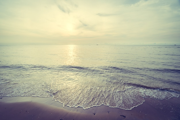 Восход солнца на тропическом пляже