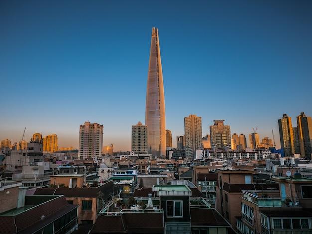 서울에서 타워와 고층 빌딩에서 일출