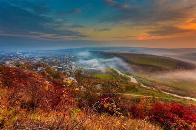 霧の小さな川の日の出