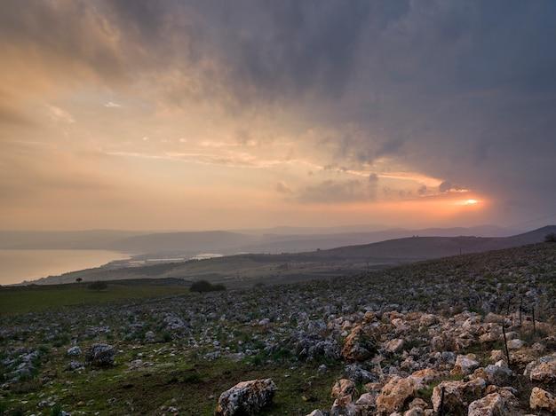 Восход солнца над пейзажем, веред ха-галиль, галилейское море, галилея, израиль