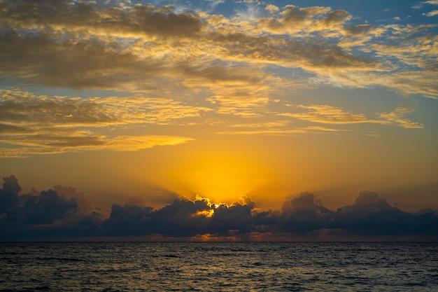 Восход солнца над индийским океаном на острове занзибар, танзания, африка