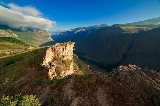 Katuyaryk 패스와 chulyshman 강 계곡의 일출 알타이 공화국 시베리아 러시아