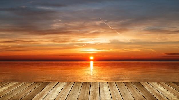 湖の日の出