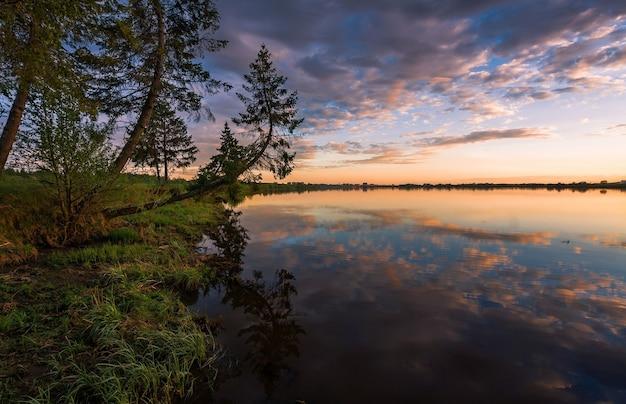 호수 위로 일출