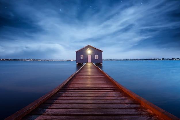 Восход солнца над лодочной станцией в заливе матильда на реке лебедь