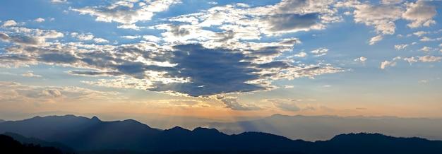 Восход солнца над горами, таиланд