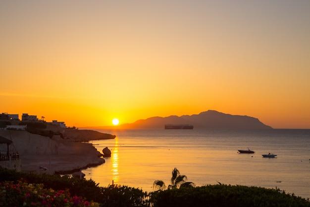 Восход солнца над красным морем.